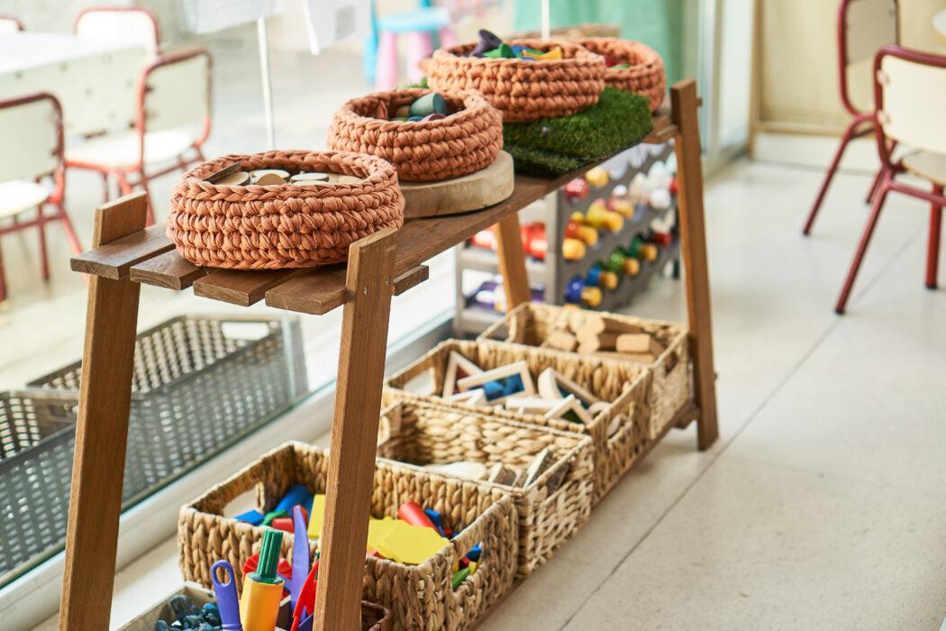 montessori regal, kleinkind spielt nicht alleine, wie bringt man ein kind zum alleine spielen/ alleine beschäftigen?
