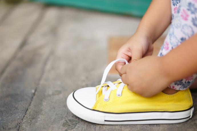 Schuhe binden lernen Kind