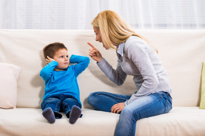 streit mutter kind, streit zwischen mutter und kind, streitende familie, streit zwischen eltern und kind
