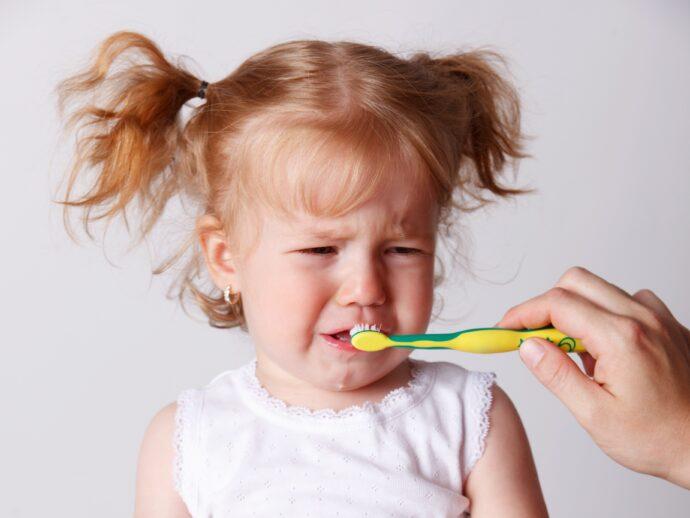 zähneputzen kleinkind, weinendes kleinkind beim zähneputzen