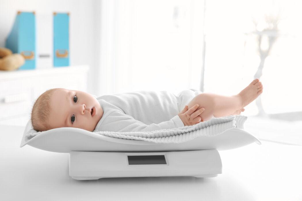 gewichtsentwicklung neugeborenes, gewicht baby, baby wiegt zu wenig, baby nimmt nicht zu