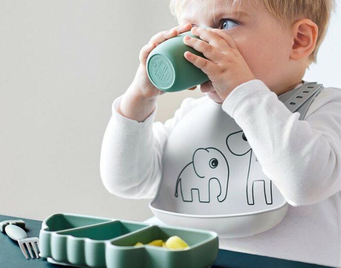 baby led weaning, kleinkind beim essen, esslernteller, erste Mahlzeit, babys erstes essen