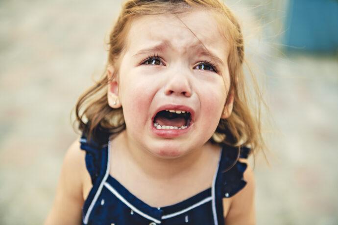 kleinkind schreit, kleines mädchen weint, mädchen schreit, gefühlsstarkes kind,