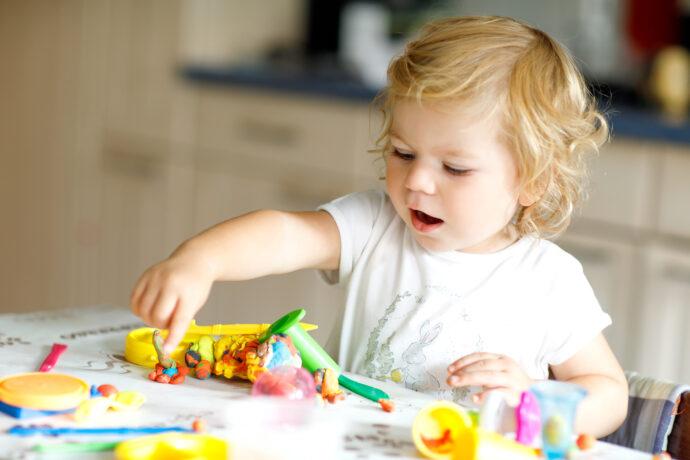 kreatives kind, kleinkind knetet, kreativität fördern