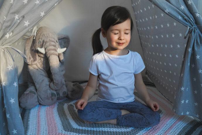 kinderyoga, yoga kleinkind, yogaübung kleinkind, yoga mädchen,