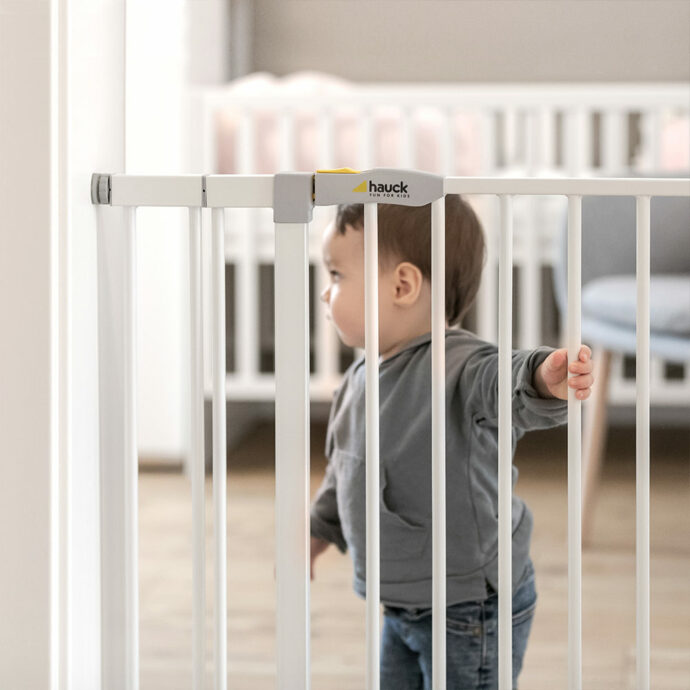baby steht hinter hauck treppenschutzgitter
